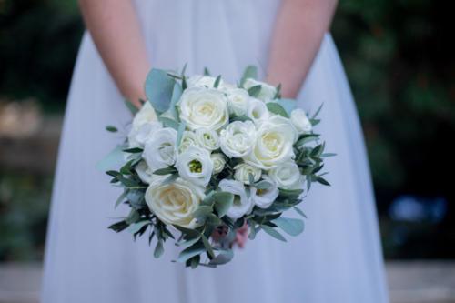 Bouquet de mariée rond en fleurs blanches et eucalyptus aromatique fleuriste mariage