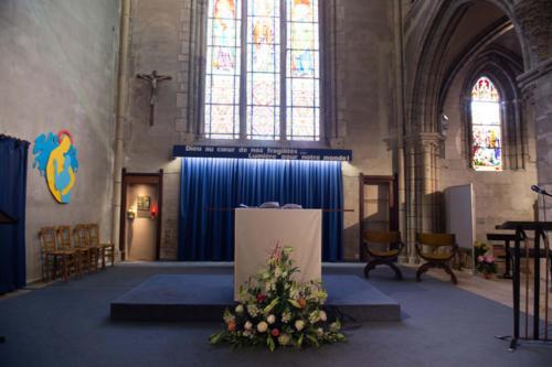 Imposante composition florale pour l'autel de l'église aromatique fleuriste mariage