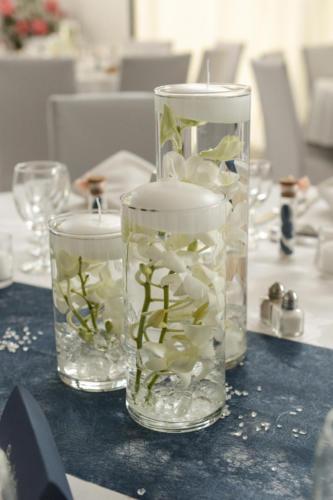 Trionde vases avec orchidées blanches immergées aromatique fleuriste mariage