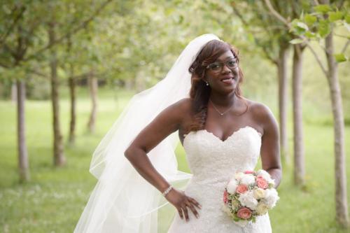 Bouquet de mariée rond en pivoines blanches et roses corail aromatique fleuriste mariage