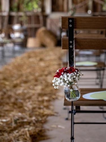 Décor champêtre et coloré pour la cérémonie laïque aromatique fleuriste mariage