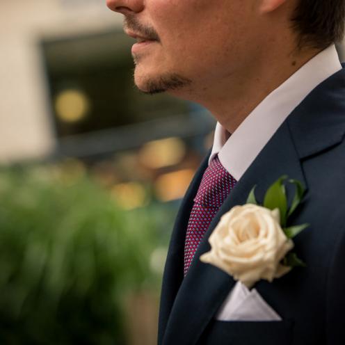 Boutonnière simple en rose blanche aromatique fleuriste mariage