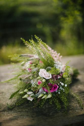 Bouquet de mariée champêtre en petites fleurs estivales roses et blanches aromatique fleuriste mariage