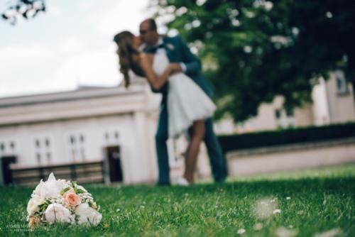 Bouquet de mariée rond en pivoines blanches et roses pêches aromatique fleuriste mariage