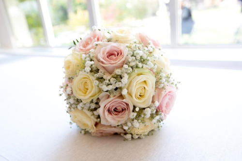 Bouquet de mariée rond en roses et gypsophile aux tons doux aromatique fleuriste mariage