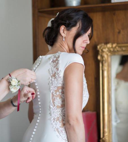 Bracelet fleuri en petites roses blanches et gypsophile aromatique fleuriste mariage