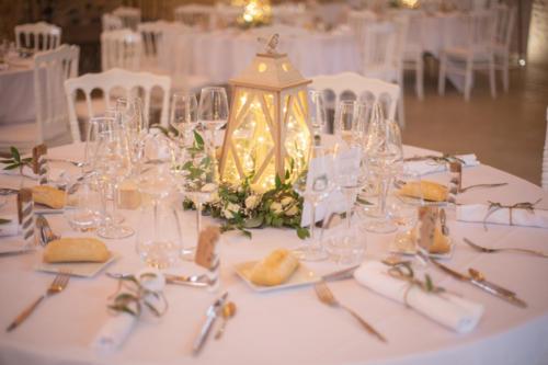 Lanterne fleurie en fleurs blanches et feuillages aromatique fleuriste mariage