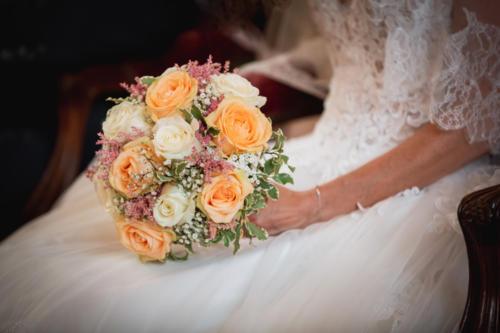 Bouquet de mariée rond en roses et épis d'astilbe dans les tons blancs, roses et pêches aromatique fleuriste mariage