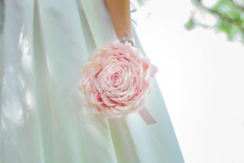 Bouquet de mariée original en forme de rose géante en vrais pétales de roses fraîches aromatique fleuriste mariage