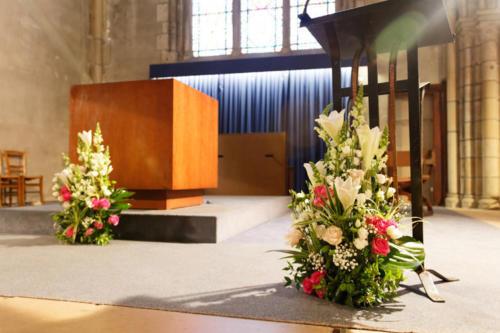 Compositions florales assorties pour pupitre et autel aromatique fleuriste mariage