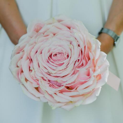 Bouquet de mariée original, rond, en roses roses formant une rose géante xxl aromatique fleuriste mariage