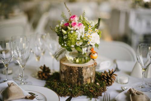 Centre de table champêtre sur rondin en bois aromatique fleuriste mariage