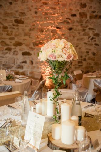 Centre de table en hauteur roses roses pales et blanches aromatique fleuriste mariage
