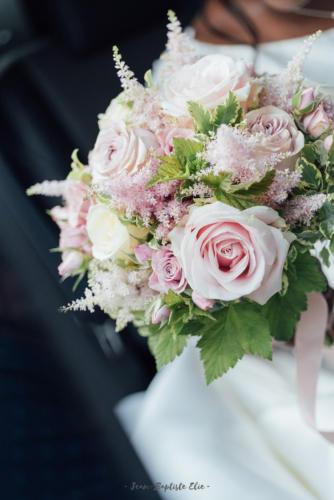Bouquet de mariée champêtre dans les tons pastels en roses et astilbe aromatique fleuriste mariage