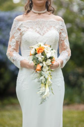 Bouquet de mariée retombant en roses, arums et orchidées très délicat  aromatique fleuriste mariage