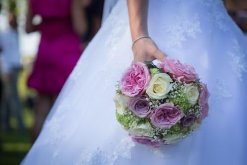 Bouquet de mariée rond en roses anciennes et roses aux tons pastels assortis aromatique fleuriste mariage