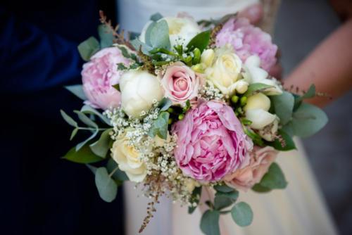 Bouquet de mariée rond bohème dans les tons blancs et roses en pivoines et fleurs de saisons aromatique fleuriste mariage