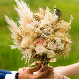 Bouquet de mariée champêtre bohème en fleurs séchées épis de pampa et roses nude blush aromatique fleuriste mariage