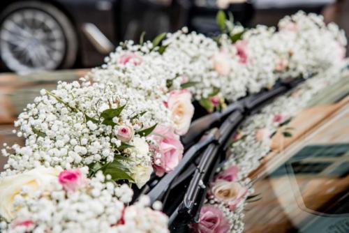 Guirlande de roses et gypsophile le long du capot de voiture aromatique fleuriste mariage
