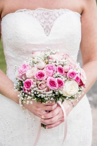 Bouquet de mariée rond en roses roses et blanches aromatique fleuriste mariage