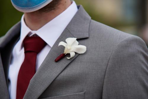 Boutonnière minimaliste avec orchidée aromatique fleuriste mariage