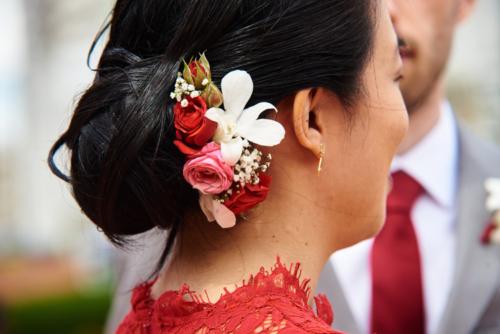Peigne fleuri en roses et orchidées aromatique fleuriste mariage