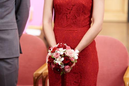 Bouquet de mariée rond en roses et orchidées aromatique fleuriste mariage