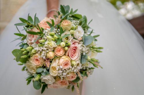 Bouquet de mariée rond en roses aux teintes pastels assorties aromatique fleuriste mariage
