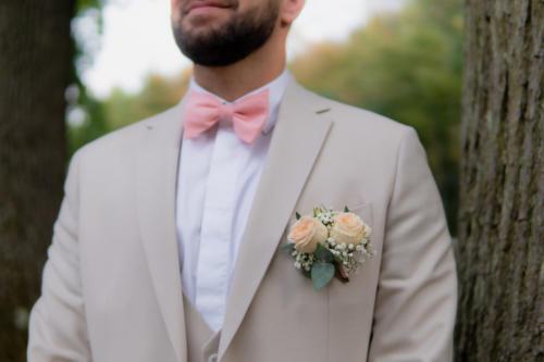 Boutonnière en boutons de roses et feuillages fins aromatique fleuriste mariage