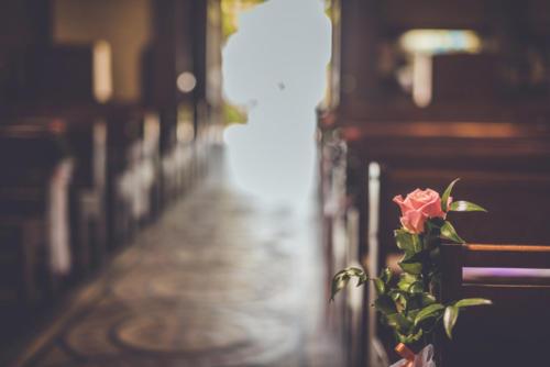 Rose et feuillage sur les bancs de l'église aromatique fleuriste mariage
