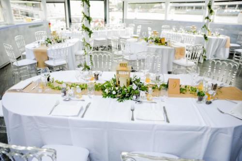 Lanterne dorée fleurie avec feuillages longs en centre de table aromatique fleuriste mariage