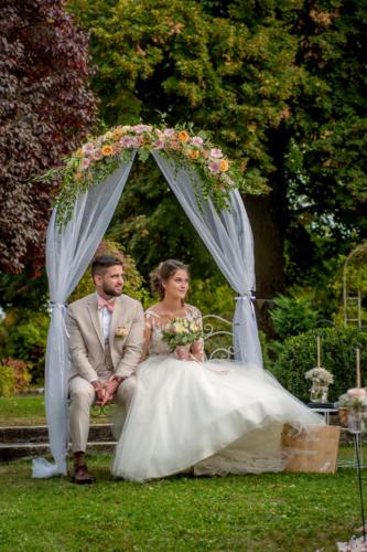 Sommet d'arche fleuri avec voilage aromatique fleuriste mariage