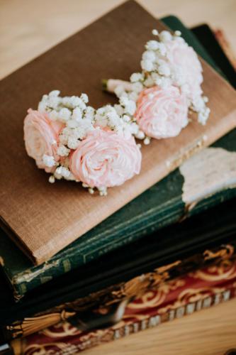 Boutonnière en petites roses pales aromatique fleuriste mariage