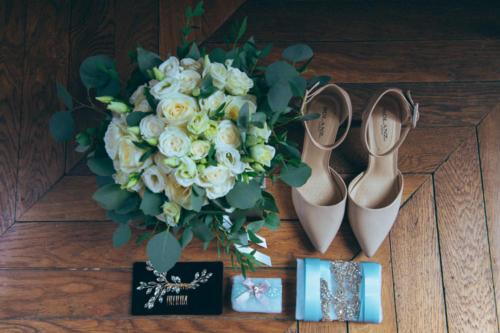 Bouquet de mariée rond en roses blanches et eucalyptus aromatique fleuriste mariage
