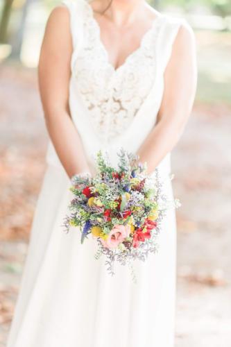 Bouquet de mariée rond champêtre et multicolore aromatique fleuriste mariage