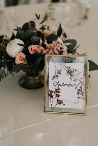 Composition boheme dans vase doré centre de table aromatique fleuriste mariage