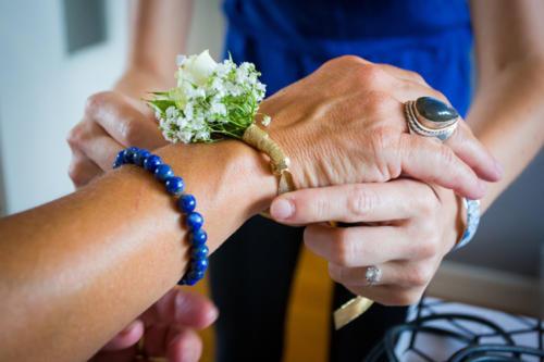 Bracelet fleuri en fleurs blanches et ruban doré aromatique fleuriste mariage