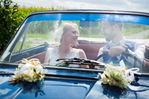 Bouquet de fleurs blanches sur le capot de voiture aromatique fleuriste mariage