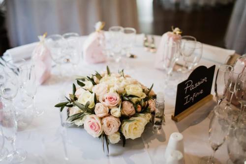Centre de table rond en roses et olivier aromatique fleuriste mariage
