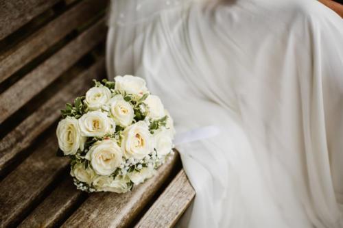 Bouquet de mariée rond en roses blanches aromatique fleuriste mariage