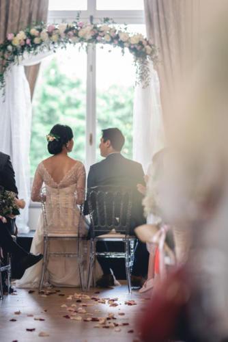 Arche fleurie au dessus des mariés aromatique fleuriste mariage