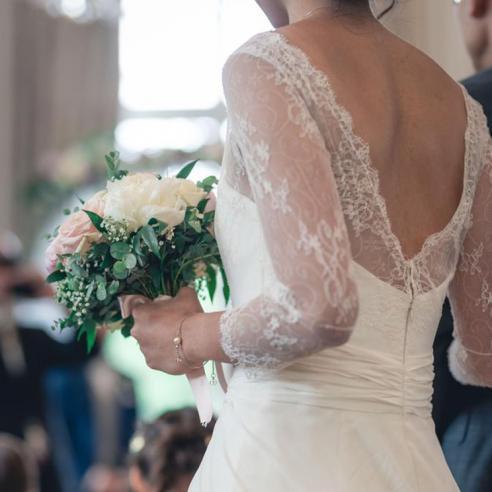 Bouquet de mariée rond pastels en pivoines et roses aromatique fleuriste mariage