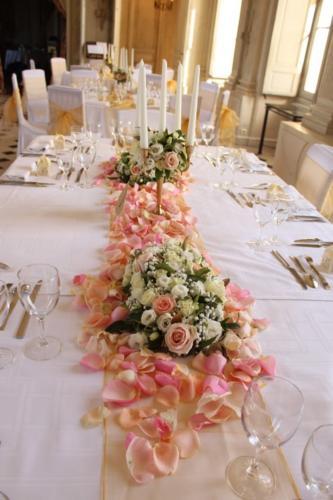 Table d'honneur fleurie avec pétales et chandelier aromatique fleuriste mariage