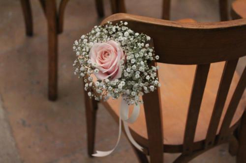 Rose rose pâle entourée de gypsophile pour fleurir les chaises aromatique fleuriste mariage