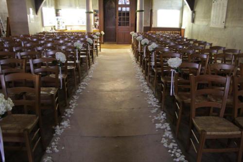 Allée de l'église fleurie d'hortensias blancs et pétales de roses
