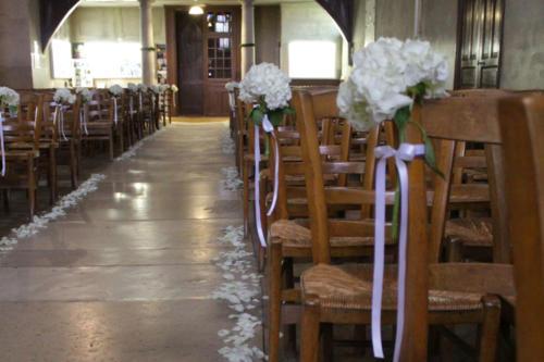 Hortensia et pétales pour l'allée de l'église aromatique fleuriste mariage