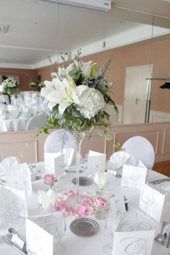 Centre de table haut en fleurs blanches aromatique fleuriste mariage