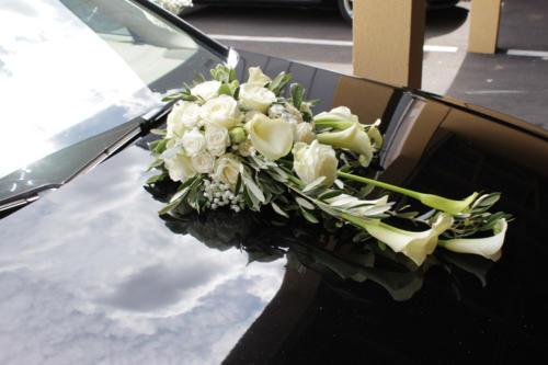 Composition en longueur de fleurs blanches pour capot de voiture aromatique fleuriste mariage