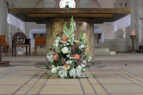 Composition champêtre pour l'autel de l'église aromatique fleuriste mariage
