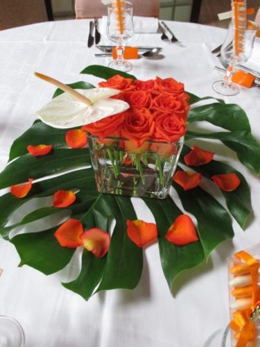 Centre de table original moderne fleurs exotiques aromatique fleuriste mariage